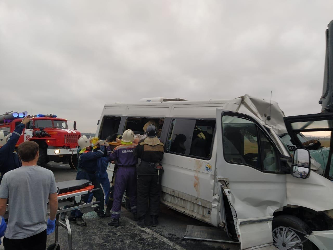 Рятувальникам довелося витягати постраждалих пасажирів через вікно маршрутки