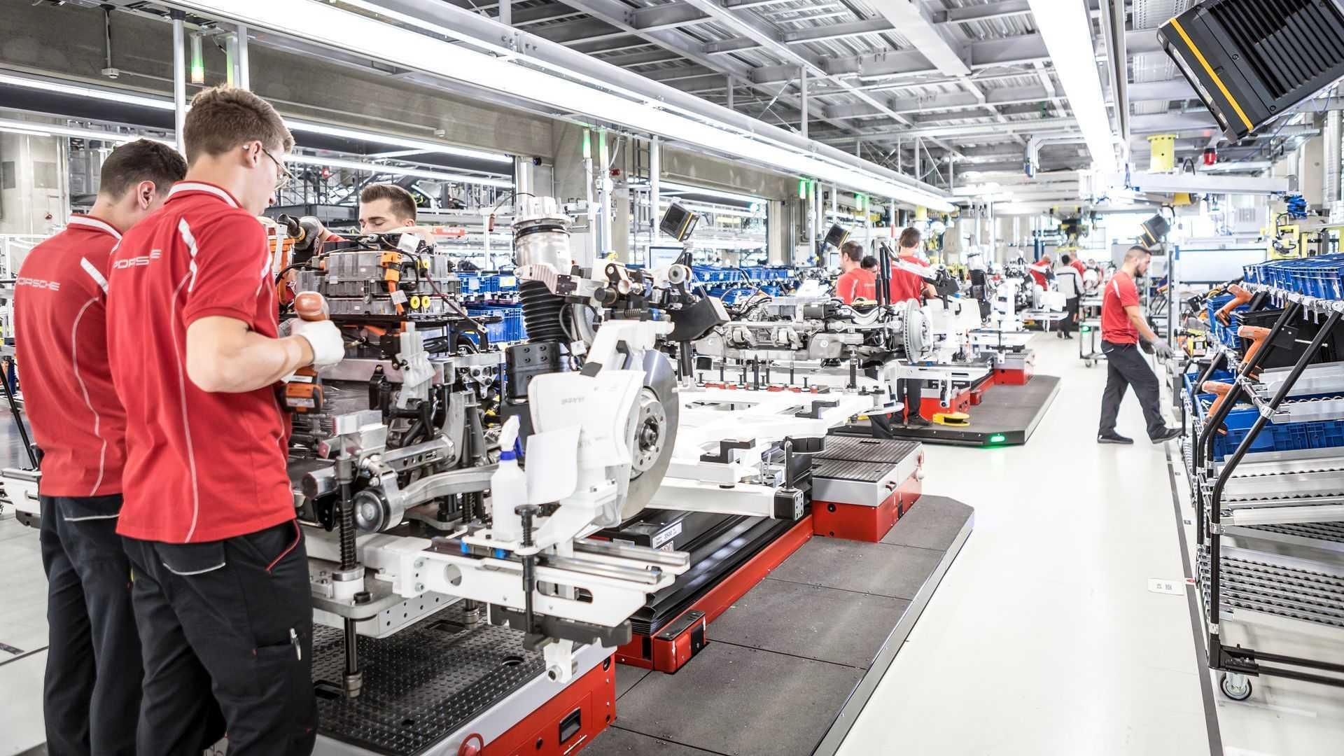Сотрудники Audi помогут удовлетворить высокий спрос на электрокар Porsche.