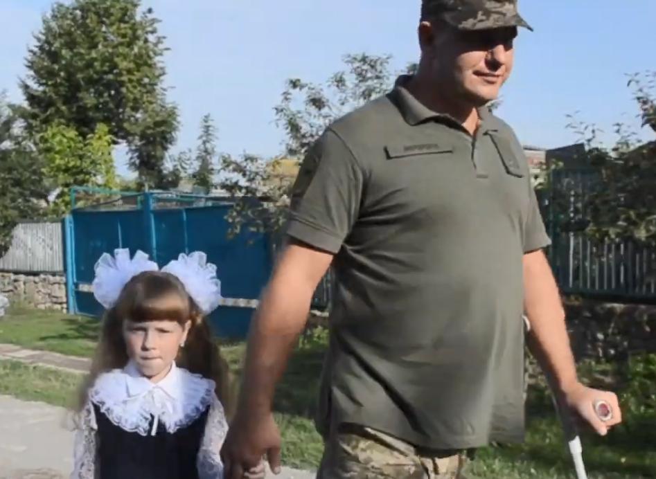 Дмитрий Мерзликин отвел дочь погибшего побратима в 1 класс.