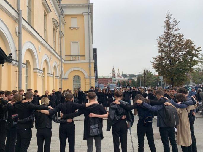 Ученики почтили память Клюева минутой молчания.