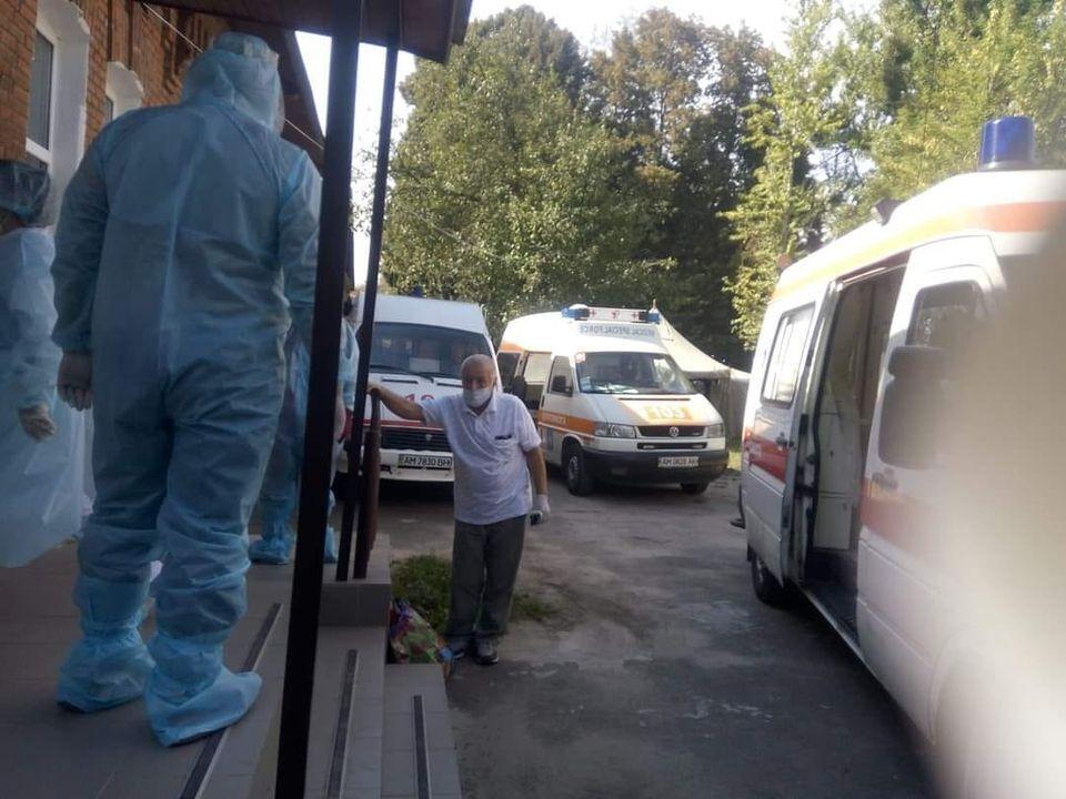Очередь скорых под инфекционным отделением больницы в Житомире.