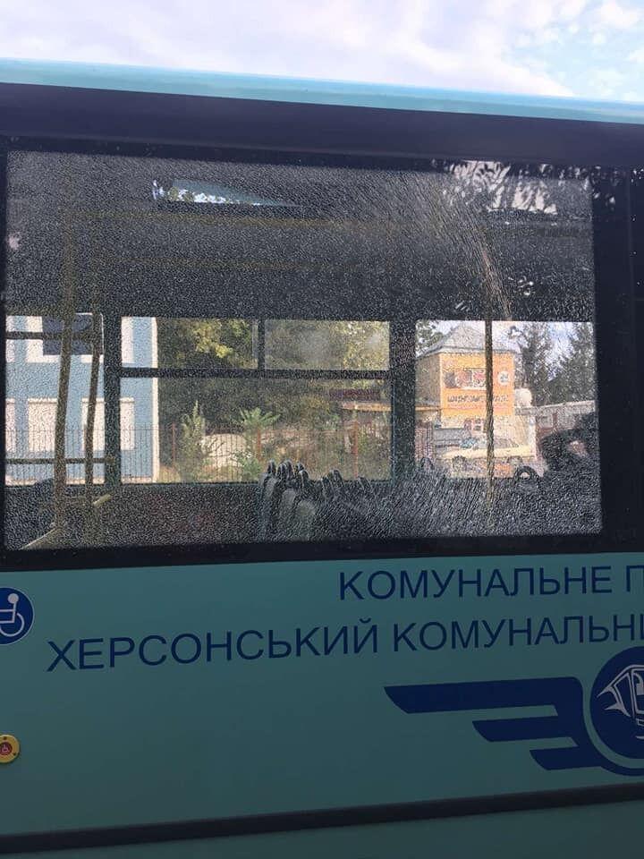 У Херсоні обстріляли автобус.
