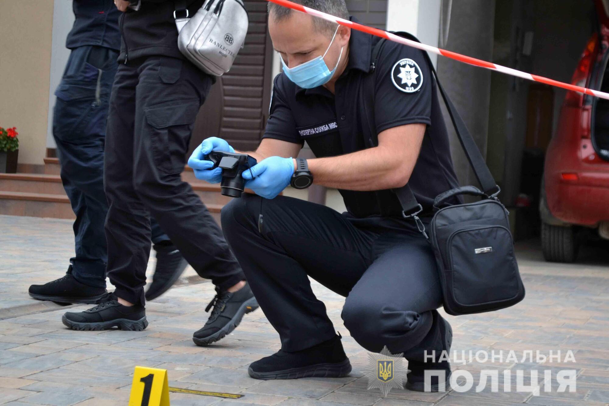 Подозреваемую доставили в больницу, но там ее охраняют.