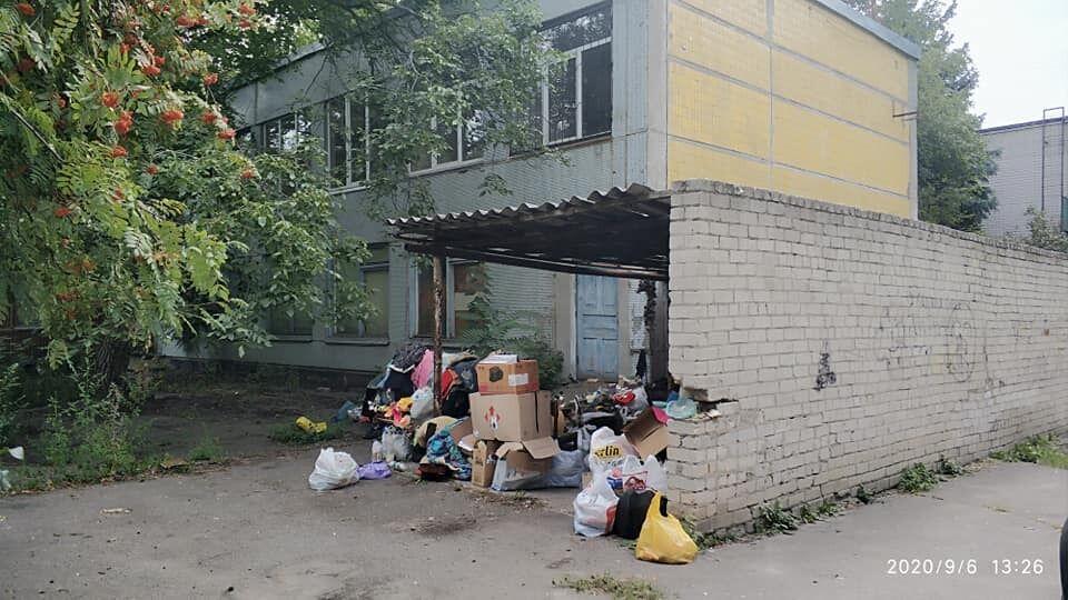 У Дніпрі на житловому масиві Тополя-3 поселилася бездомна жінка.