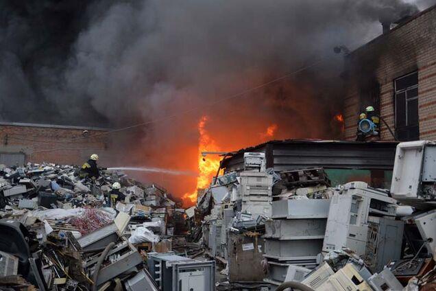 У Дніпрі гасили масштабну пожежу на металобазі