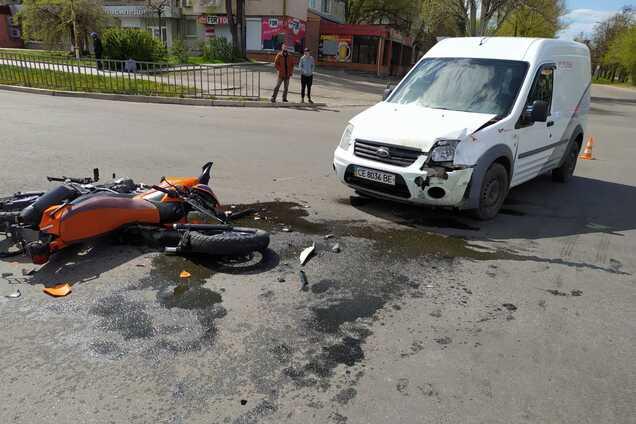 У Нікополі на дорозі зіткнулися автомобіль і мотоцикл