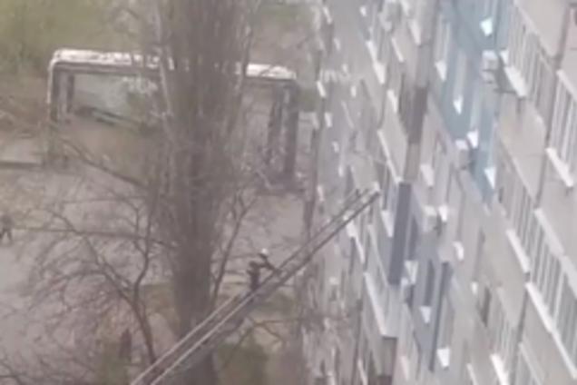Рятувальники витягли дитину з палаючої квартири