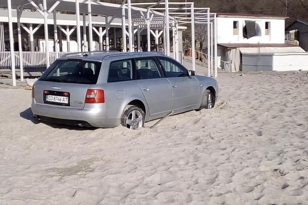 В Одесе автохам увяз в песке