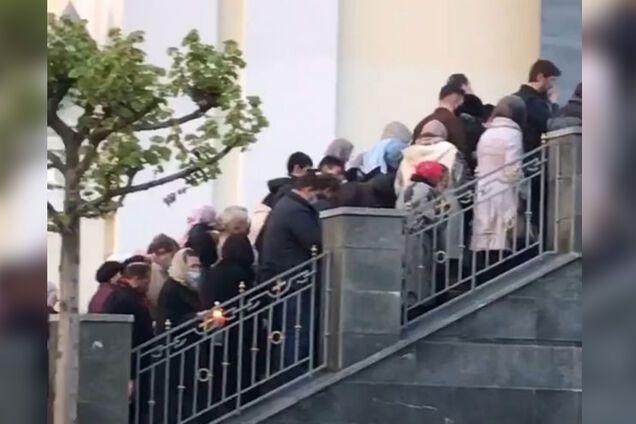 В Днепре толпа прихожан собрались у церкви
