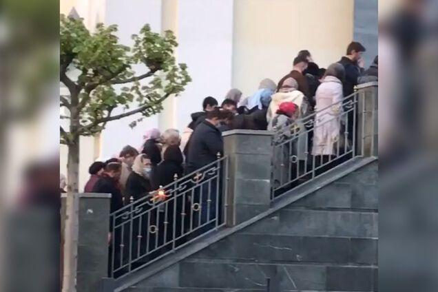 У поліції завели справу проти прихожан, які стовпилися біля церкви