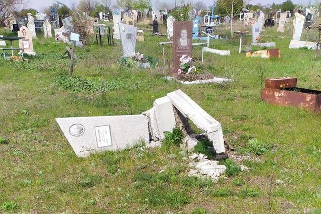 На кладовищі вандали розкурочили близько двохсот могил