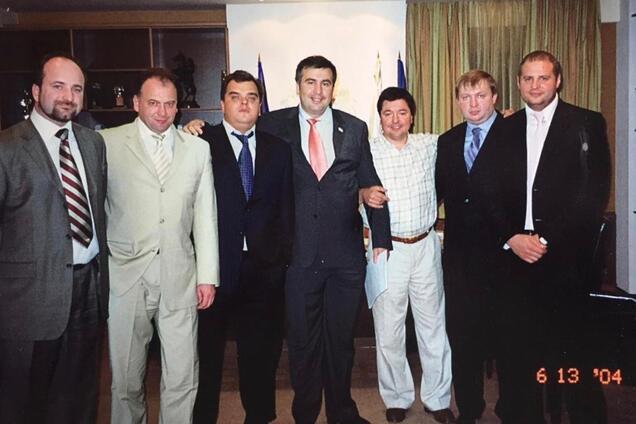 """В сети всплыло знаковое фото Саакашвили в """"обнимку"""" с Ермаком"""