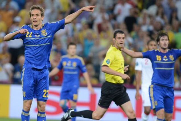 Марко Девіч і Артем Мілевський на передньому плані закликають арбітра зарахувати гол у ворота збірної Англії