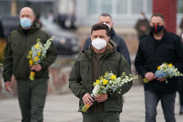 Зеленский и Шмыгаль появились на Чернобыльской АЭС с цветами