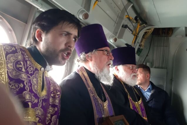 """В России священники на самолете устроили """"крестный ход против коронавируса"""""""