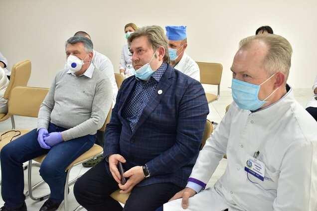 Карантин для обраних: директор обласного відділу охорони здоров'я забув, як носити маску. Фото