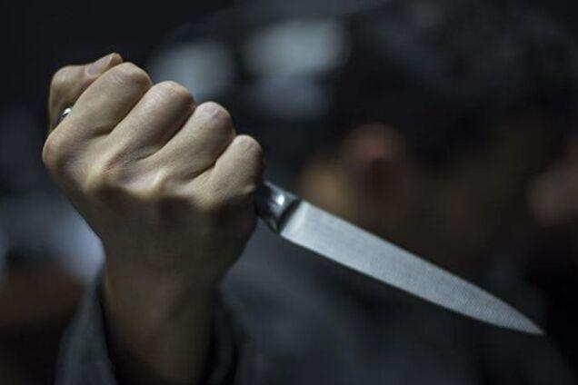 У Дніпрі озброєний чоловік посеред вулиці напав на жінку