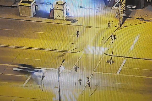 Двоє чоловіків перебігали дорогу на червоне світло світлофора