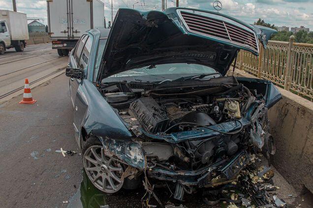 Mercedes втратив керування і врізався в бетонний відбійник