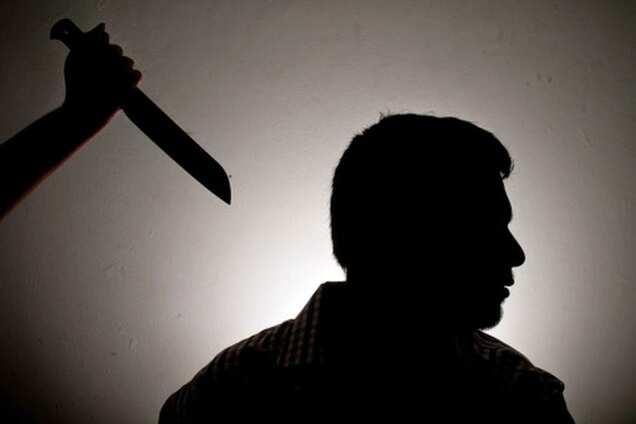 Ревнивый парень набросился с ножом на конкурента