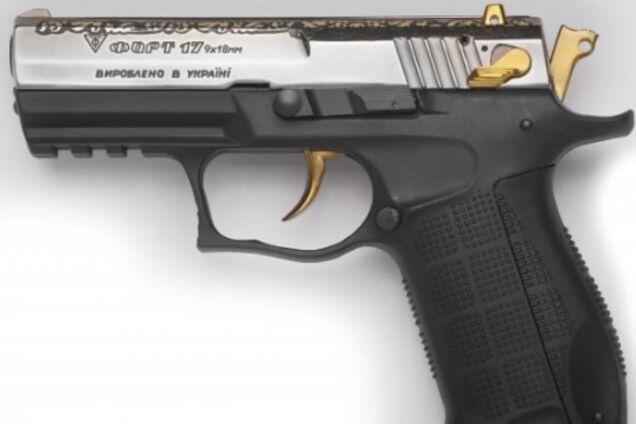 """Пістолет """"Форт"""", який вручають як нагородну зброю в Україні"""