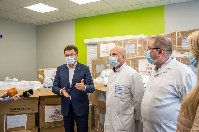 Фонд Новинського передав Маріуполю два ШВЛ і засоби захисту для медиків