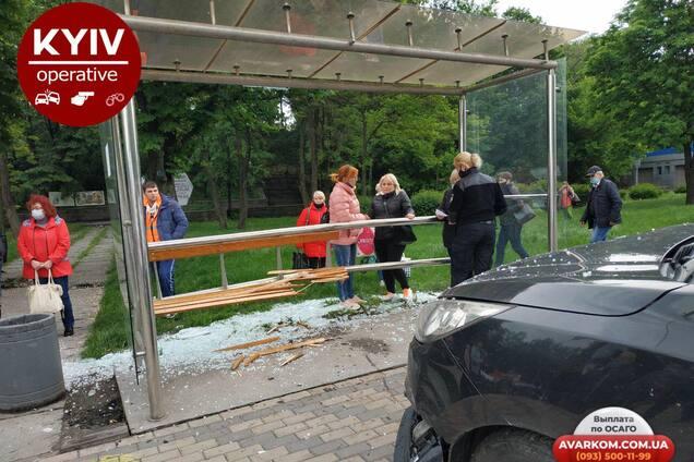 У Києві на вул. Теліги авто в'їхало в зупинку