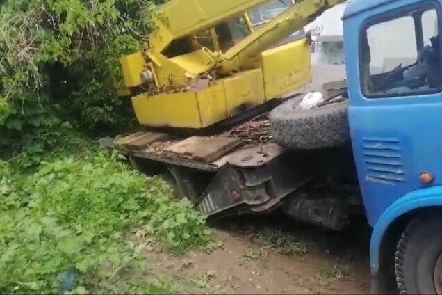 Автокран провалився під землю