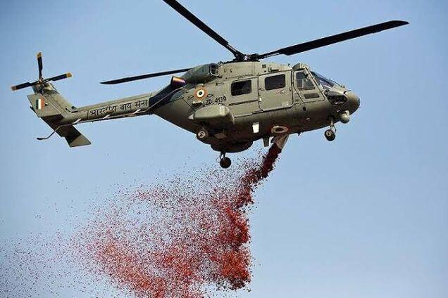 В Индии врачей, борющихся с COVID-19, осыпали лепестками роз из вертолетов: трогательное видео