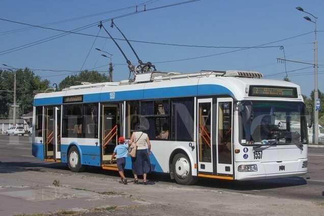 Пасажири виштовхали з тролейбуса чоловіка без маски і рукавичок