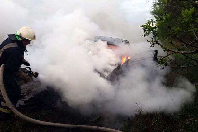 Під Дніпром на ходу загорівся автомобіль