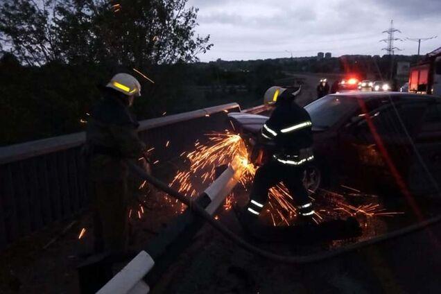 Іномарка врізалася у відбійник на мосту