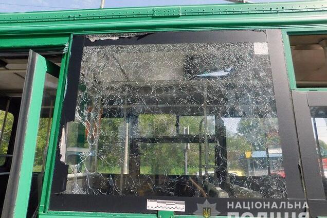 В Киеве обиженный мужчина разбил окно троллейбуса и голову женщины