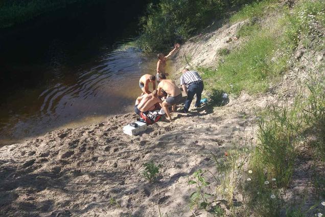 Спасатели вытащили ребенка из воды