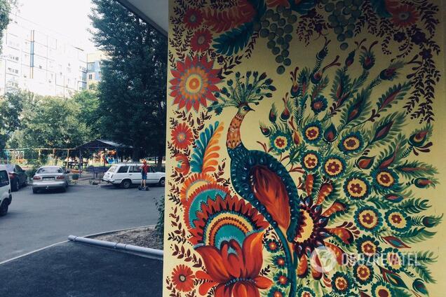 На Парусе художница украсила двор петриковской росписью