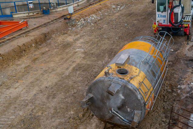 Огромный металлический резервуар с водой рухнул на стройплощадке метро
