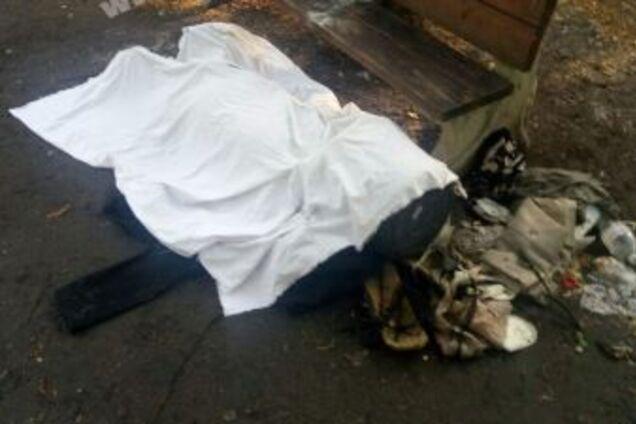 Возле больницы нашли тело мужчины с урной на голове