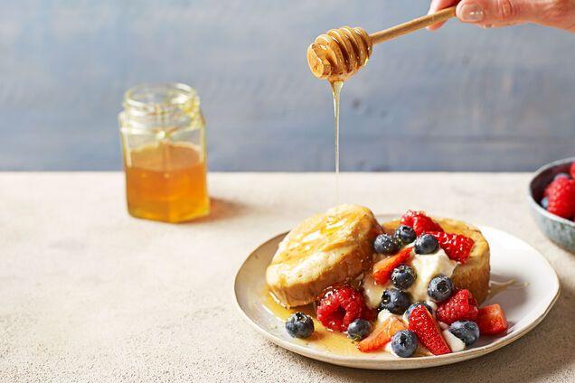 Запеченные тосты и блинчики с медом и ягодами