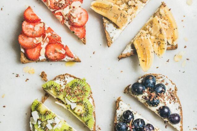 Солодкі тости з фруктами та сиром
