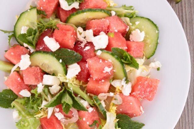Салат з кавуном, огірками, кучерявим салатом і козячим сиром