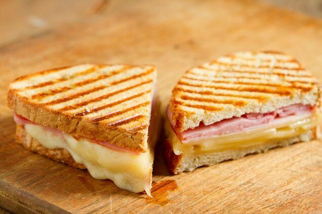 Простий тост з шинкою і сиром