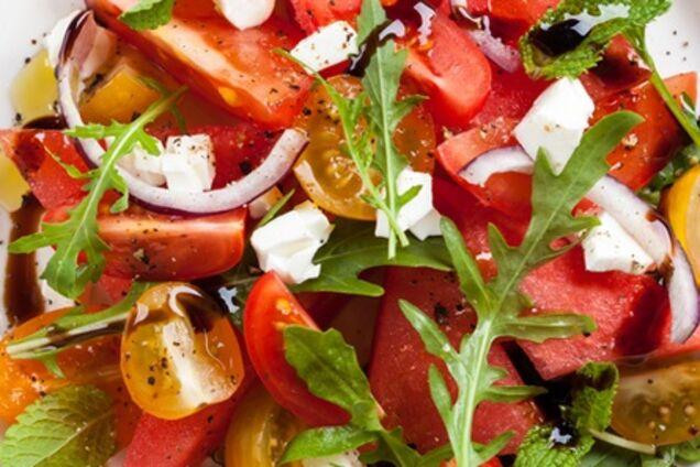 Салат з кавуном, черрі, руколою, м'ятою, цибулею і бальзамічним оцтом