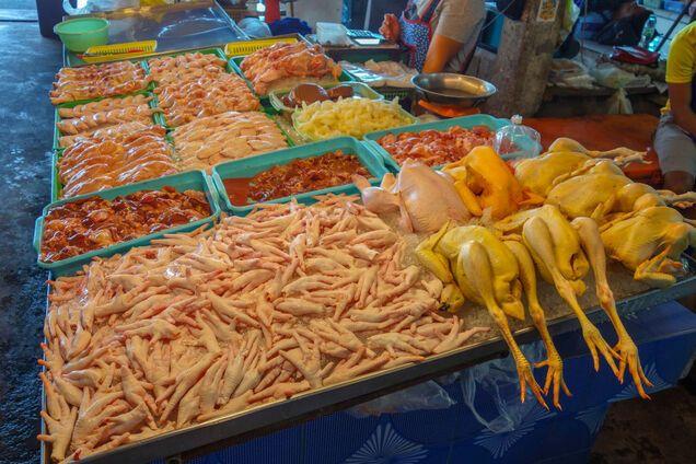 Чому небезпечно мити сиру курку: розкрито головну причину
