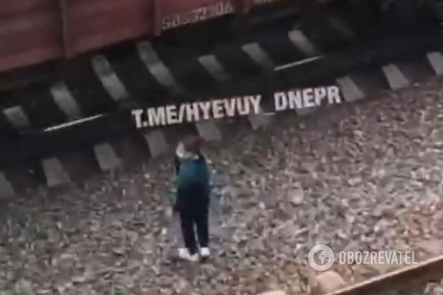 В Днепре подростки устроили опасные игры на железной дороге
