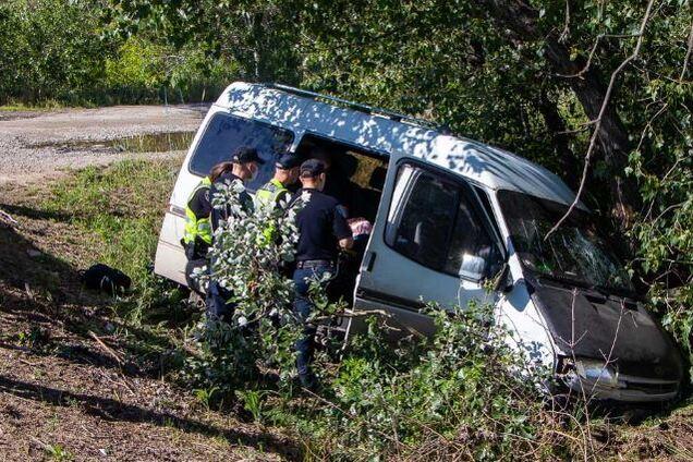 Микроавтобус врезался в легковушку и вылетел в кювет