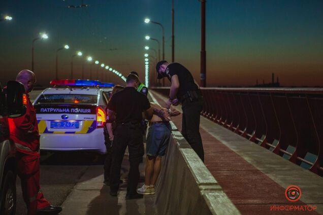 В Днепре парень бросался под колеса автомобилей и пытался спрыгнуть с моста