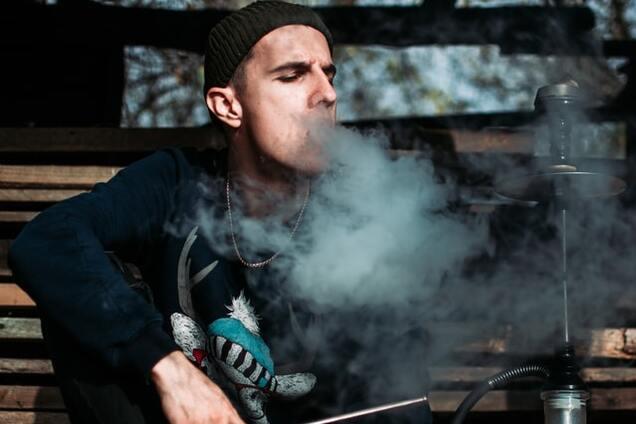 Курение кальяна увеличивает риск заражения COVID-19 – ученые
