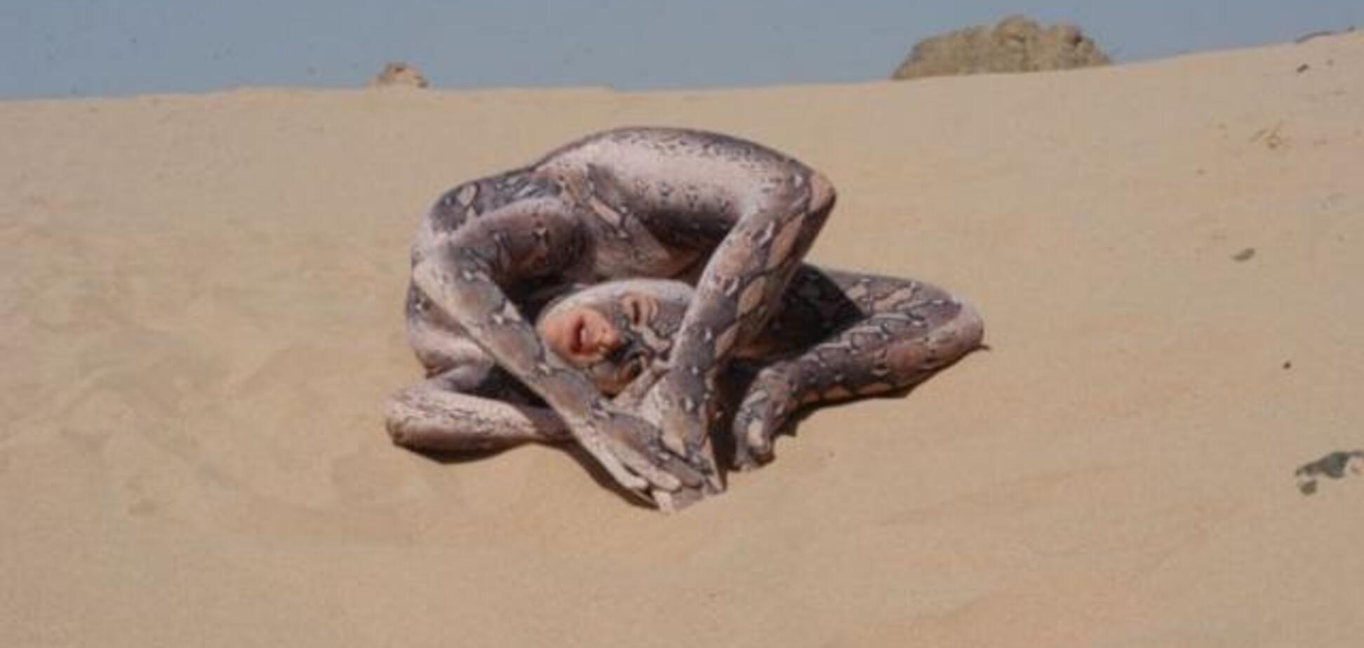 Гигантская песчаная змеюка делает выкрутасы перед камерой