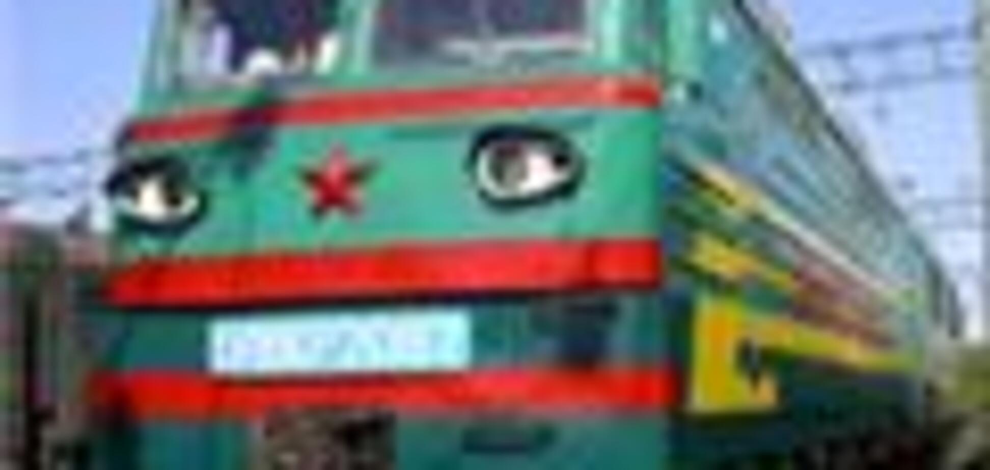 Поезд со щебнем протаранил ЗиЛ
