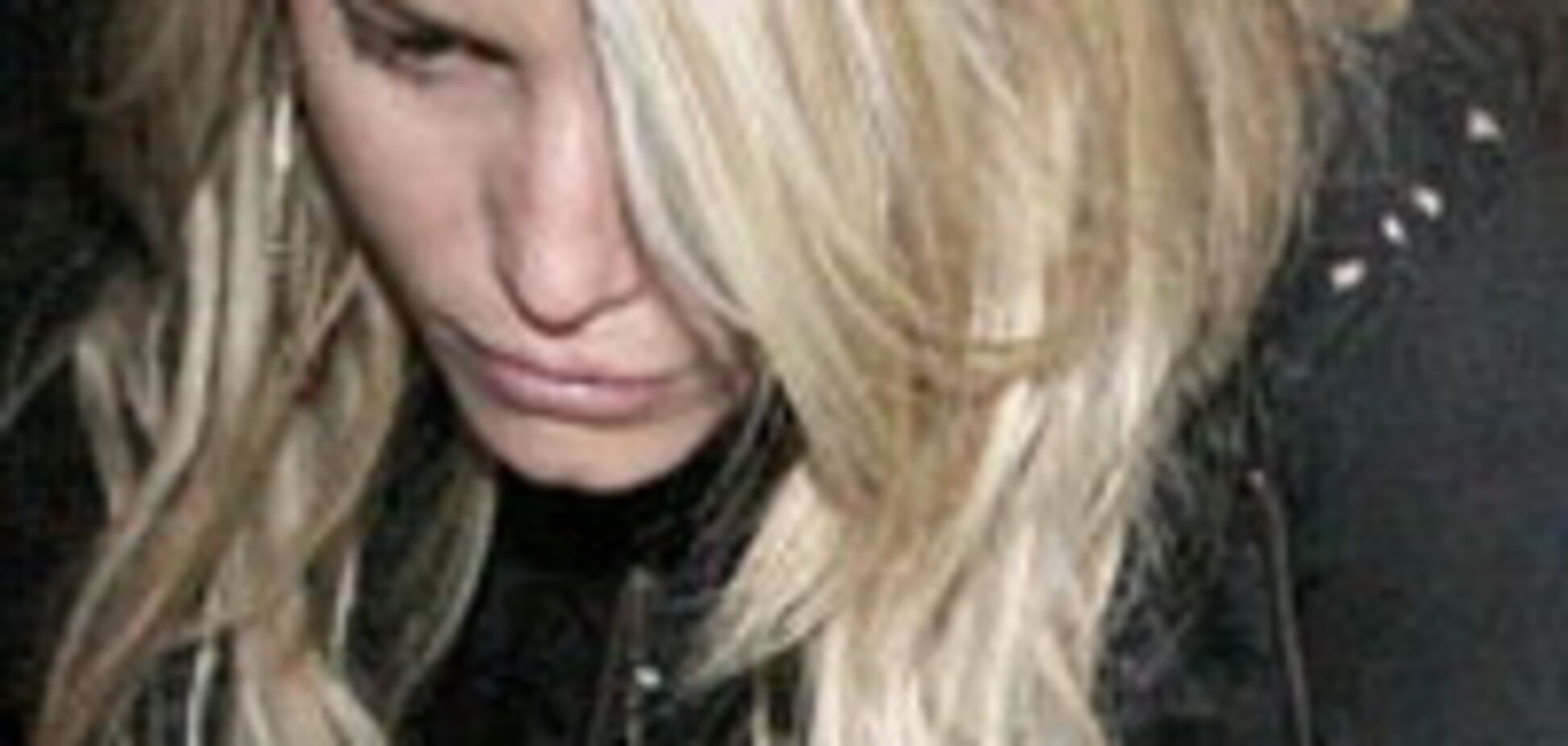 Блондинка в колінно-ліктьовий позиції